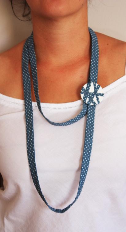 collar-azul-lunares-broche-la-chica-de-verde
